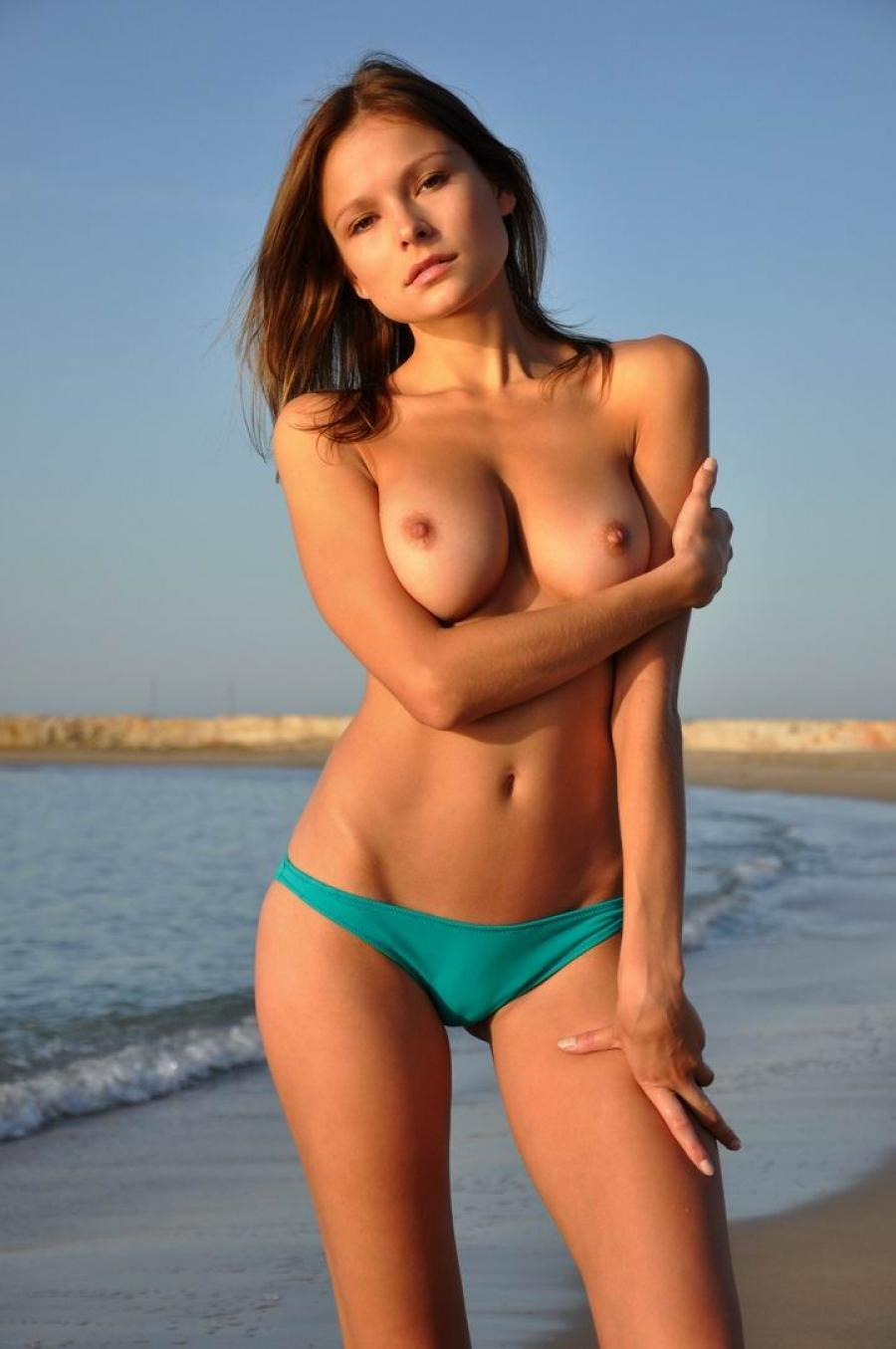 Amateur topless babe at the beach