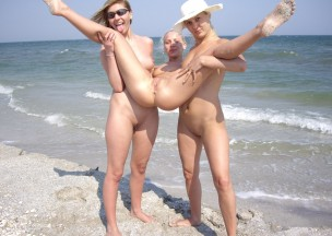 555-Wild-girls-nude-on-the-beach.jpg