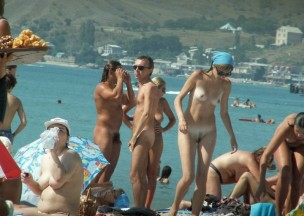 618-Group-of-friends-enjoying-the-nude-beach.jpg